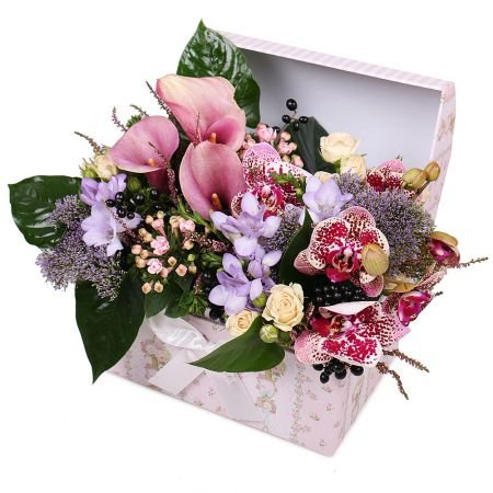 Order flower composition of callas in the box with delivery